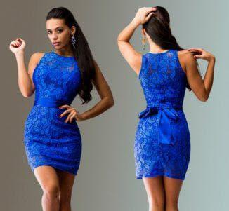 синее гипюровое платье с украшениями