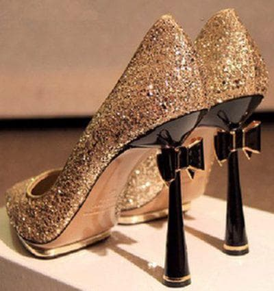 однотонная обувь для золотого платья