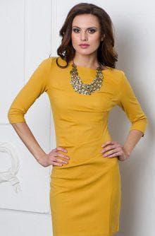 украшения к жёлтому платью с вырезом лодочка