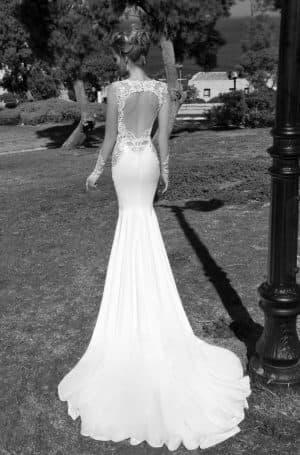 свадебное приталенное платье со шлейфом