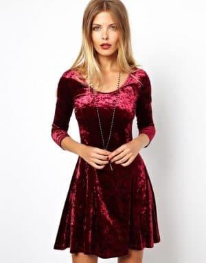 коктейльное платье из велюра с закрытой зоной декольте
