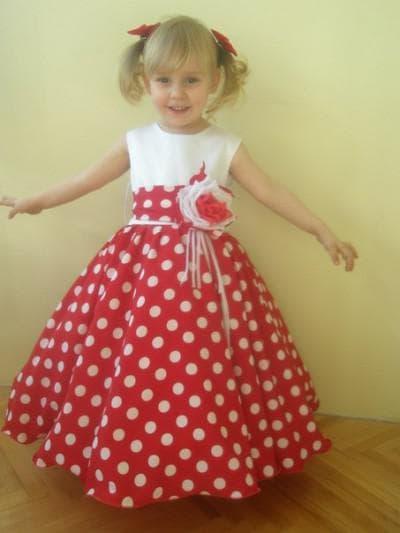 красное платье в белый горошек с завышенной талией для девочки