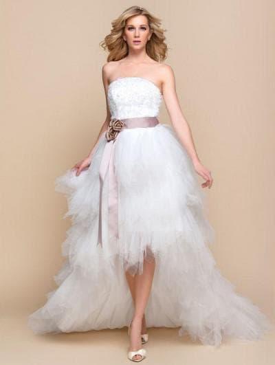 свадебное ассиметричное платье с кружевными вставками