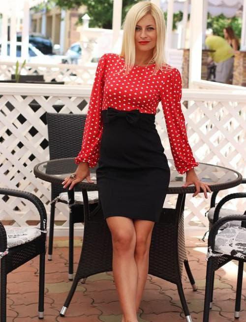 платье футляр с красными вставками и белым горошком