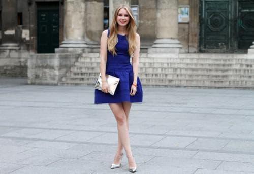 белые туфли и синее платье