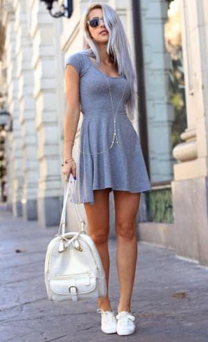 короткое спортивное платье и кеды