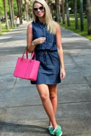 джинсовое платье и кеды танкетки