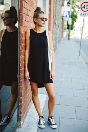 чёрное платье и кеды