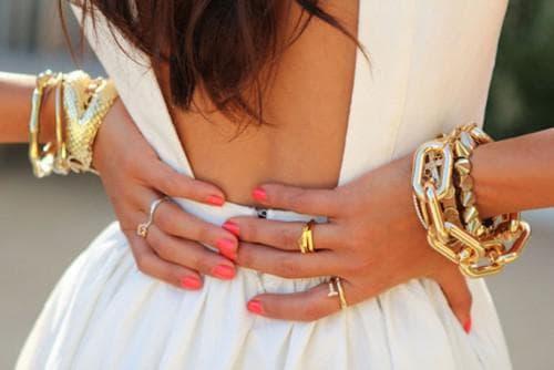 массивный браслет к белому платью
