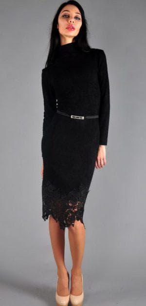 прямое трикотажное платье с кружевом по низу