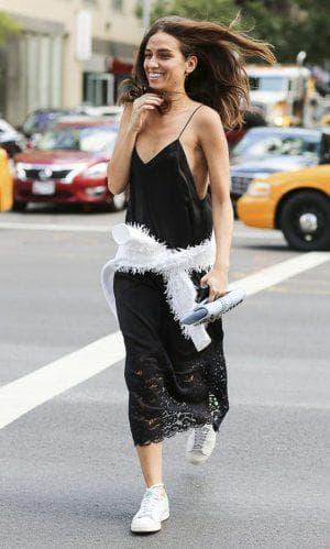 платье комбинация с кружевом и кроссовками
