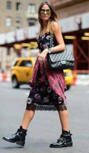 платье комбинация с кружевом и ботинками