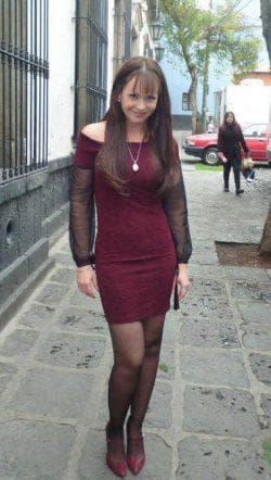бордовое платье с бордовыми туфлями