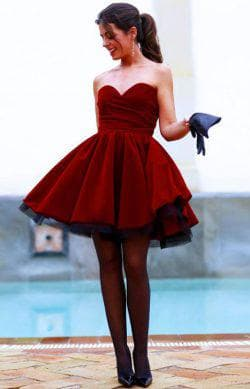 бордовое платье с чёрными туфлями