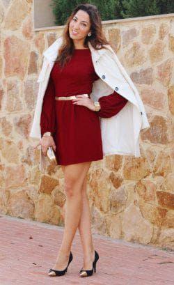 бордовое платье со светлыми колготками